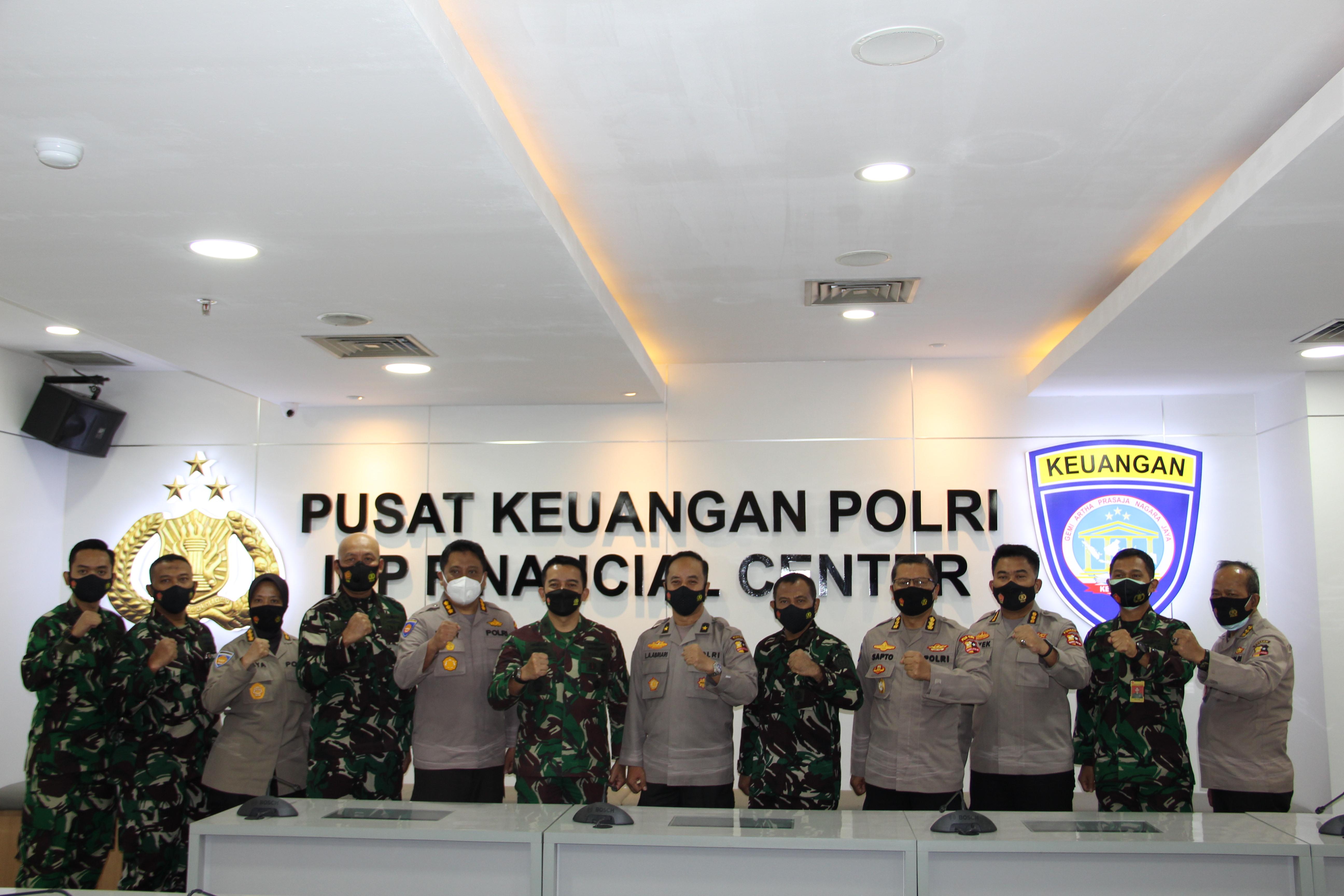 Kapuskeu Polri Menyambut Kedatangan Kapusku TNI di Puskeu Polri